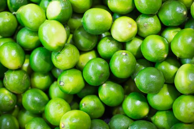photo of a pile of green limes
